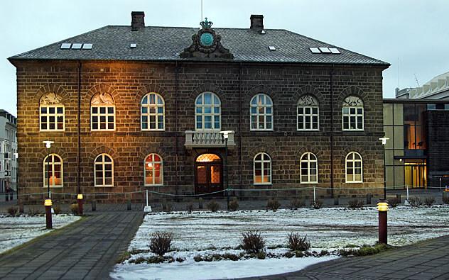 20121206_IJsland gaat 100% reserve bankieren onderzoeken_Alþingishúsið (parliament building) in Reykjavík, Ísland_Wikimedia_Cicero85